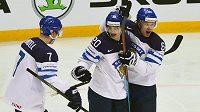 Fin Sebastian Aho (uprostřed) oslavuje se spoluhráči gól vstřelený v semifinále MS Rusku.