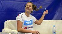 Barbora Strýcová si upravuje účes na tréninku v Praze před finále Fed Cupu s Ruskem.