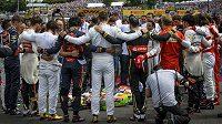 Piloti formule jedna drželi spolu s členy rodiny zesnulého Julese Bianchiho před Velkou cenou Maďarska minutu ticha.