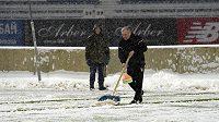Trenér Jablonce Petr Rada hrabe sníh na stadiónu v Kyjevě.