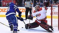 Gólman Petr Mrázek kryje střelu levého křídla Toronta Maple Leafs Johna Tavarese.