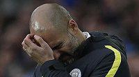 Nešťastný trenér Manchesteru City Pep Guardiola během zápasu s Evertonem.