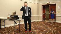 Jen v ponožkách s logem klubu Calgary Flames si Jiří Hudler došel pro cenu Lady Memorial Trophy. Nejen tím pobavil celou Ameriku...