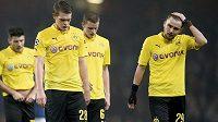 Sklopené hlavy, další prohra. Fotbalisté Dortmundu Matthias Ginter, Sven Bender a Marcel Schmelzer opouštějí hřiště.