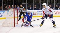 Zákrok brankáře New Yorku Rangers Ondřeje Pavelce proti hvězdě Washingtonu Alexanderu Ovečkinovi.