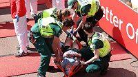 Zdravotníci na Londýnském maratónu poskytují první pomoc vyčerpanému vytrvalci - ilustrační foto.