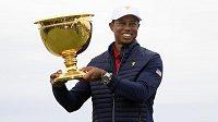 Kapitán amerického týmu golfistů Tiger Woods s trofejí pro vítěze Prezidentského poháru v Melbourne.