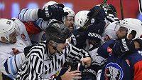 Hromadná bitka v utkání hokejové Ligy mistrů HC Plzeň - HK Nitra.