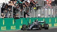 Jezdec Mercedesu Lewis Hamilton a jeho tým oslavují triumf ve Velké ceně Maďarska.