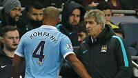 Kapitán Manchesteru City Vincent Kompany vedle kouče Manuela Pellegriniho.