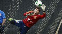 Iker Casillas se na tréninku španělské reprezentace natahuje po míči.