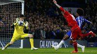 Brankář Chelsea Thibaut Courtois si v probíhající sezóně získává respekt. Zde zasahuje proti Albertovi Morenovi z Liverpoolu.