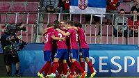 Fotbalisté Srbska se radují z gólu proti Německu na ME do 21 let v Praze.
