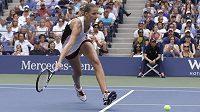 Karolína Plíšková se snaží zahrát těžký míč ve finále US Open s Angelique Kerberovou.