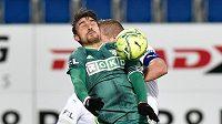 Michal Papadopulos z Karviné (v zeleném) a Vlastimil Daníček ze Slovácka v souboji o míč.