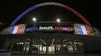 Francouzská vlajka, oblouk v barvě trikolóry a motto Velké francouzské revoluce Volnost, Rovnost, Bratrství svítí na stadiónu ve Wembley.