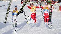Radost v cíli po klasické desítce. Zlatá Norka Therese Johaugová uprostřed, vlevo stříbrná Švédka Frida Karlssonová a vpravo bronzová Norka Ingvild Östbergová.