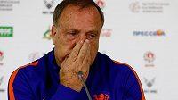 Trenér nizozemských fotbalistů Dick Advocaat je v nezáviděníhodné situaci.