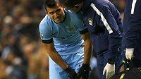 Zraněný kanonýr Manchesteru City Sergio Agüero se drží za bolavé levé koleno.