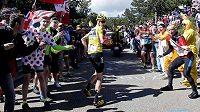 Britský cyklista Chris Froome v běhu poté, co ve čtvrteční 12. etapě Tour de France po kolizi s motocyklem přišel o své kolo.
