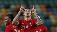 Portugalec Joao Cancelo oslavuje gól.