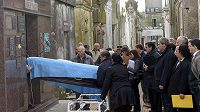 Ostatky Juana Manuela Fangia exhumovali z hrobky v jeho rodném městě Balcarce.