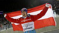 Rakušan Stefan Kraft oslavuje v Lahti zisk titulu mistra světa na středním můstku.