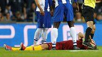 Útočník AS Řím Edin Džeko leží na zemi během osmifinále Ligy mistrů proti FC Porto.