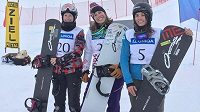 Tři nejlepší z Pitztalu. Vítězná Eva Samková uprostřed, druhá Kanaďanka Zoe Bergermannová vlevo a třetí Rakušanka Maria Rambergerová vlevo.