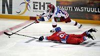 Jakub Petružálek (na ledu) bojuje o puk s ruským hráčem Igorem Makarovem na turnaji Karjala. V neděli se Česko představí proti domácím v Moskvě.