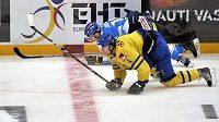 Fin Jesse Joensuu (v modrém) a Švéd Staffan Kronwall na kolenou při závěrečném utkání turnaje Karjala.