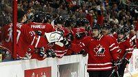 Hokejisté Kanaday slaví gól proti České republice.