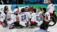 Čeští sledge hokejisté se radují po výhře nad Itálií.