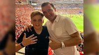 Vladimír Šmicer se na finále Ligy mistrů vypravil se synem. Dohromady na fotografii ukazují, kolikátého triumfu ve slavné soutěži Liverpool v sobotu dosáhl.