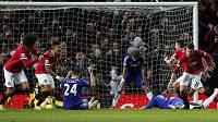 Útočník Manchesteru United Robin van Persie (vpravo) se raduje z vyrovnávací branky proti Chelsea v nastaveném čase.