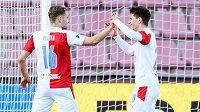 Fotbalisté Slavie Praha Jan Kuchta a Lukáš Masopust oslavují gól na 3:0