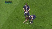 David Luiz a Zlatan Ibrahimovic posouvají míč z předepsané pozice.