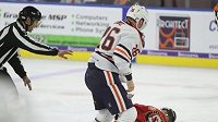 Kanadský hokejista Colby Cave v pěstním souboji složil Slováka Martina Pospíšila během utkání AHL.
