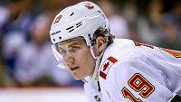 Útočník Matthew Tkachuk podepsal jako chráněný volný hráč s Calgary novou tříletou smlouvu.