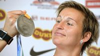 Oštěpařka Barbora Špotáková se stříbrnou medailí z mistrovství světa v Tegu.