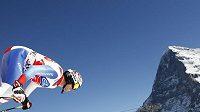 Švýcar Beat Feuz na startu sjezdu ve Wengenu ve stínu proslulé severní stěny Eigeru.