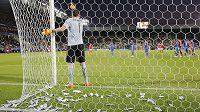 Obsypaný brankář fotbalistů Itálie do 21 let Gianluigi Donnarumma během utkání s Dánskem.