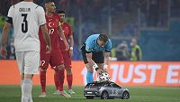 Hlavní rozhodčí vyndavá míč z autíčka na dálkové ovládání před zahájením utkání mezi Tureckem a Itálií.