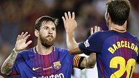 Barcelonští Sergi Roberto a Lionel Messi (vlevo) se radují. Katalánský gigant je ovšem nelogicky až ve druhém koši a může narazit na soupeře podobného kalibru...