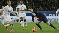 David Rozehnal z Lille (vlevo) sleduje hvězdu Paris Saint-Germain Zlatana Ibrahimovice.