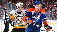 Dva kapitáni a dvě hokejové legendy, Sidney Crosby (vlevo) z Pittsburghu a Connor McDavid z Edmontonu.