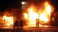Při nepokojích v Británii hoří i domy.