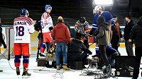 Čeští reprezentanti si na chvíli oddechli od tréninku, točili reklamní klip.