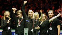Nadšený Mark King slaví triumf v Belfastu s manželkou Sally, třemi dětmi a přítelem starší dcery.