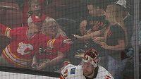 Malý fanoušek Calgary rozplakal divačku, když jí daroval chycený puk.